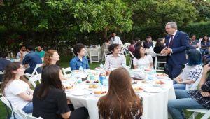 Rektör Budak evindeki iftarda öğrencileri ağırladı
