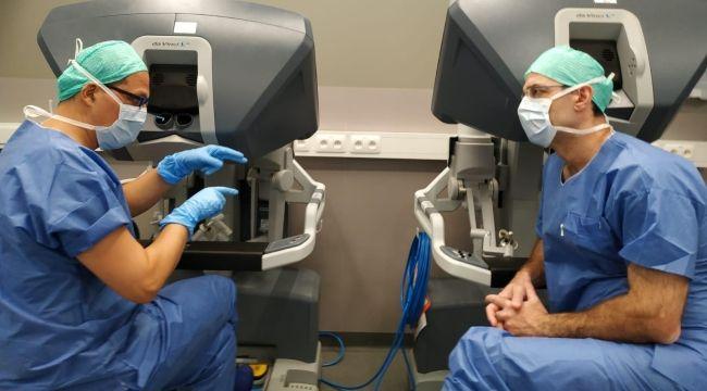 """""""Robotik İzsiz Tiroid Ameliyatı""""nı öğretiyor"""