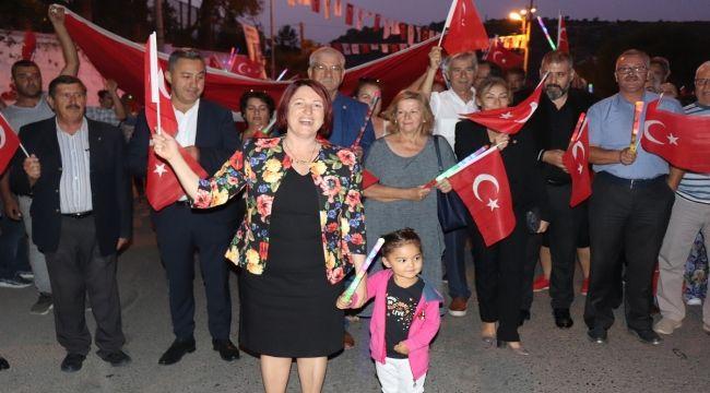 Hep birlikte İzmir Marşı söylediler