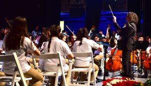 Bornovalı çocuklar Cumhuriyet için sahnede
