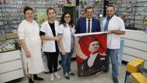 Esnafa Atatürk baskılı poster hediyesi