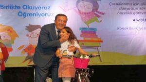 Konak'ın kitap kurtları ödüllerini aldı