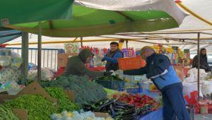 Çiğli Belediyesi pazar yerlerinde eldiven dağıttı