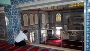 Karabağlar'da camilere bayram temizliği