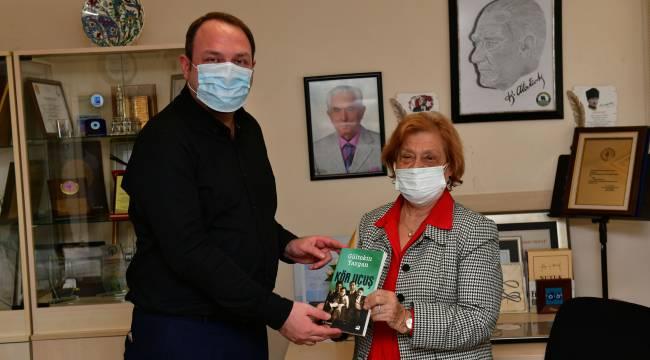 Başkan Gümrükçü görme engelliler için kitap seslendirdi