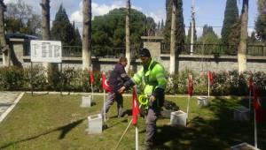 Bergama Belediyesi şehitlikte temizlik çalışması yaptı