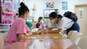 Egeli öğrencilerden, tedavi gören çocuklara moral