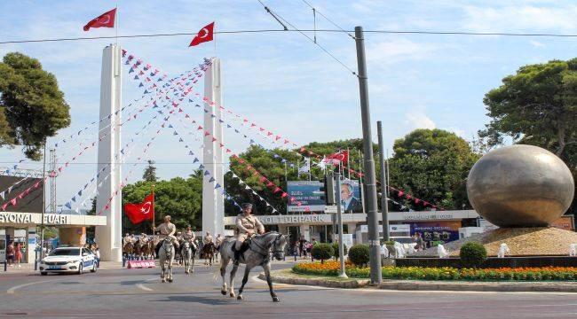 90. yılında 99 yıllık kurtuluş öyküsü İzmir, yeni yaşını fuarda kutladı