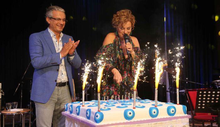 Zuhal Olcay'a sahnede doğum günü sürprizi!